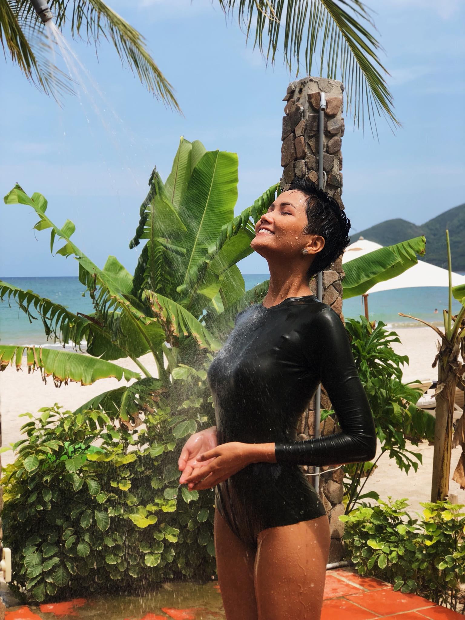 Nếu bạn sợ đen da, kiểu đồ bơi dài tay kín bưng mà vẫn sexy như của Kỳ Duyên chính là lựa chọn hoàn hảo mùa du lịch này - Ảnh 4.
