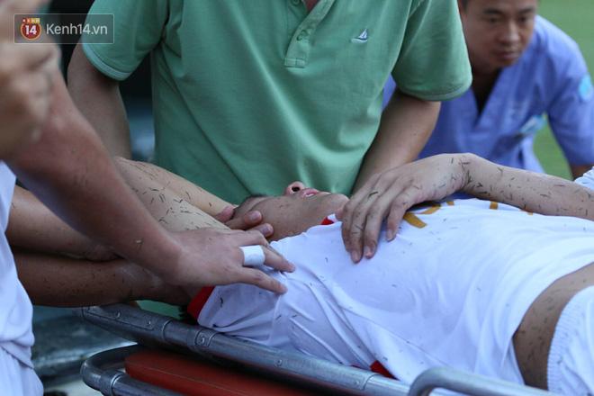 Cầu thủ Viettel nhập viện khẩn cấp sau pha phạm lỗi đáng sợ của cựu sao U23 Việt Nam - Ảnh 4.