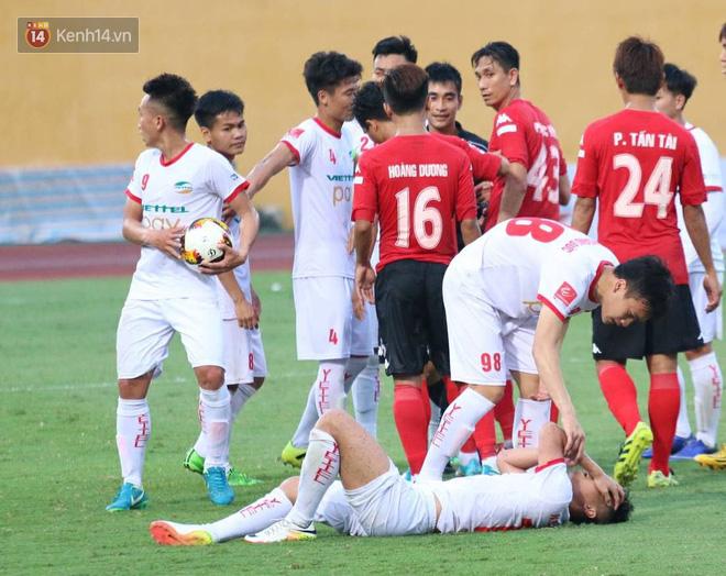 Cầu thủ Viettel nhập viện khẩn cấp sau pha phạm lỗi đáng sợ của cựu sao U23 Việt Nam - Ảnh 7.