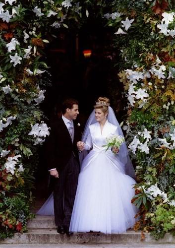 Những bộ váy cưới Hoàng gia mà cô gái nào cũng ao ước khoác lên mình - Ảnh 1.