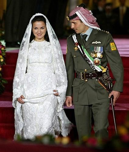 Những bộ váy cưới Hoàng gia mà cô gái nào cũng ao ước khoác lên mình - Ảnh 2.
