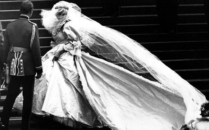 Những bộ váy cưới Hoàng gia mà cô gái nào cũng ao ước khoác lên mình - Ảnh 16.