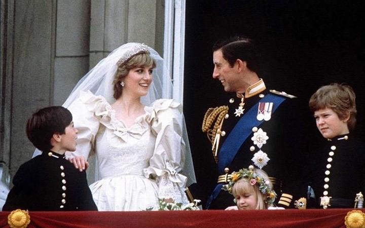 Những bộ váy cưới Hoàng gia mà cô gái nào cũng ao ước khoác lên mình - Ảnh 17.
