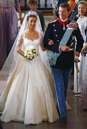 Những bộ váy cưới Hoàng gia mà cô gái nào cũng ao ước khoác lên mình - Ảnh 7.