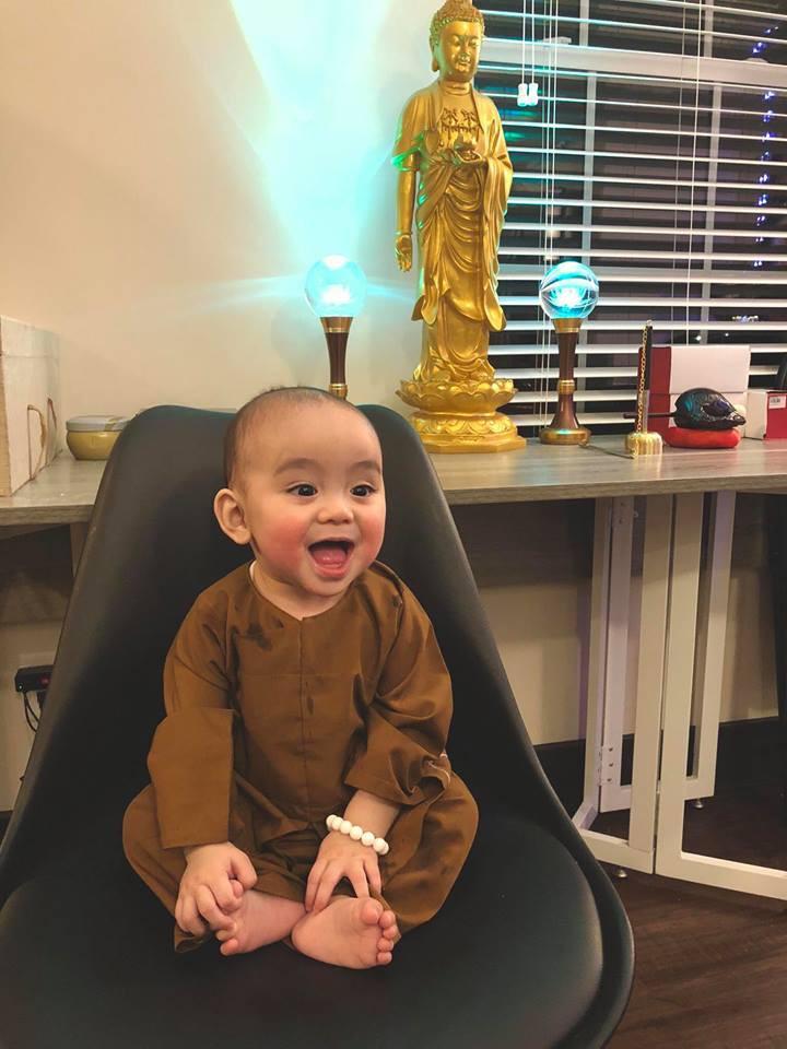 Siêu dễ thương: Chú bé 7 tháng tuổi mặc đồ chú tiểu, má đỏ như trái đào khiến cư dân mạng rung rinh - Ảnh 3.