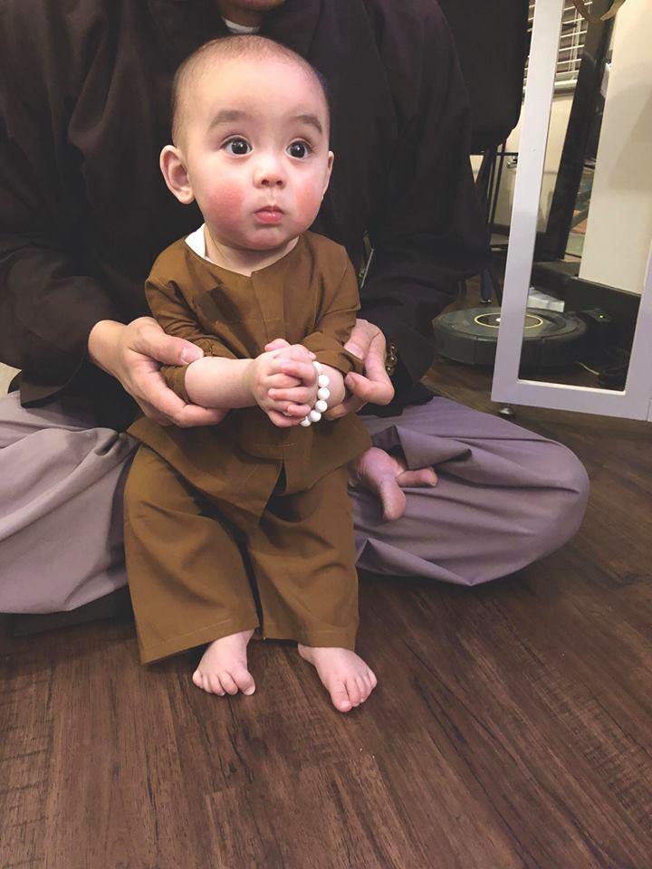Siêu dễ thương: Chú bé 7 tháng tuổi mặc đồ chú tiểu, má đỏ như trái đào khiến cư dân mạng rung rinh - Ảnh 2.