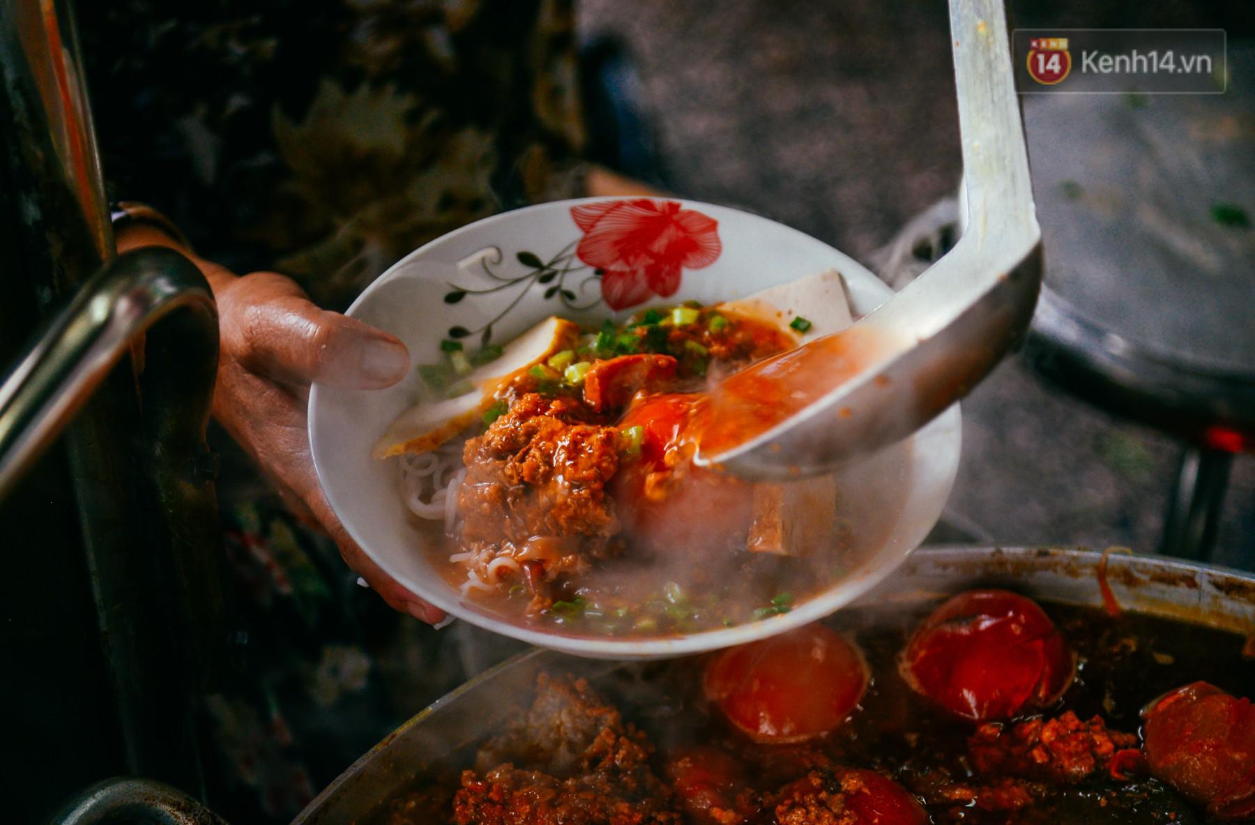 Quán bún riêu 30 năm tuổi ở vỉa hè Sài Gòn có gì hấp dẫn mà Trường Giang trở thành khách quen lâu năm? - Ảnh 6.