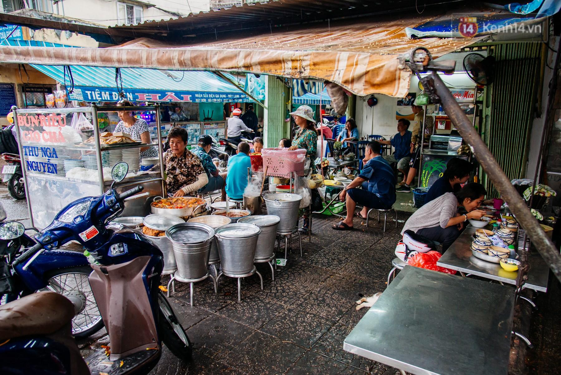 Quán bún riêu 30 năm tuổi ở vỉa hè Sài Gòn có gì hấp dẫn mà Trường Giang trở thành khách quen lâu năm? - Ảnh 11.