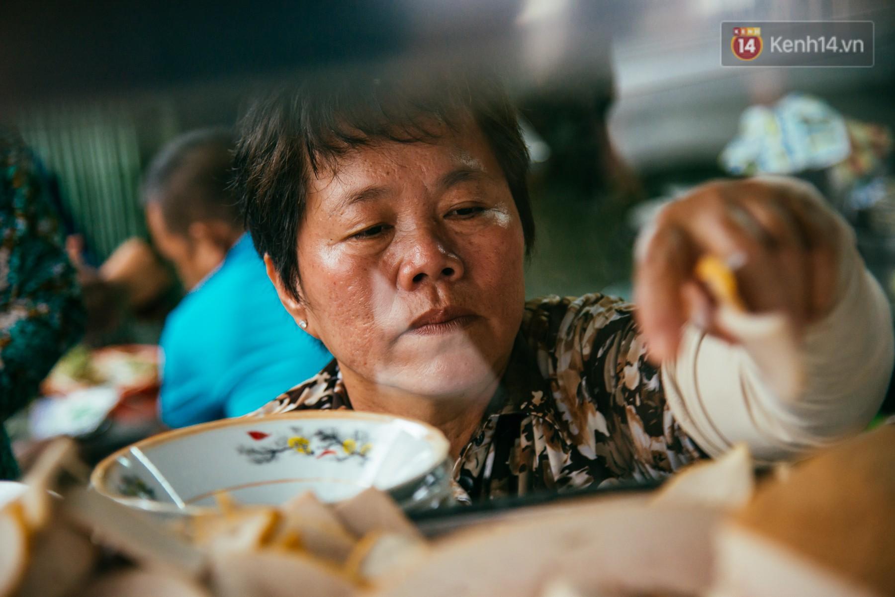Quán bún riêu 30 năm tuổi ở vỉa hè Sài Gòn có gì hấp dẫn mà Trường Giang trở thành khách quen lâu năm? - Ảnh 10.