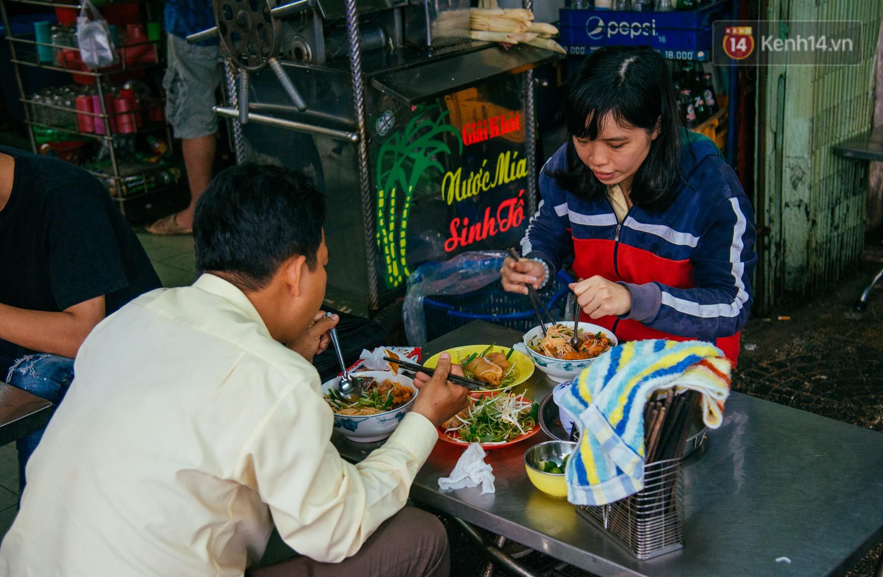 Quán bún riêu 30 năm tuổi ở vỉa hè Sài Gòn có gì hấp dẫn mà Trường Giang trở thành khách quen lâu năm? - Ảnh 3.