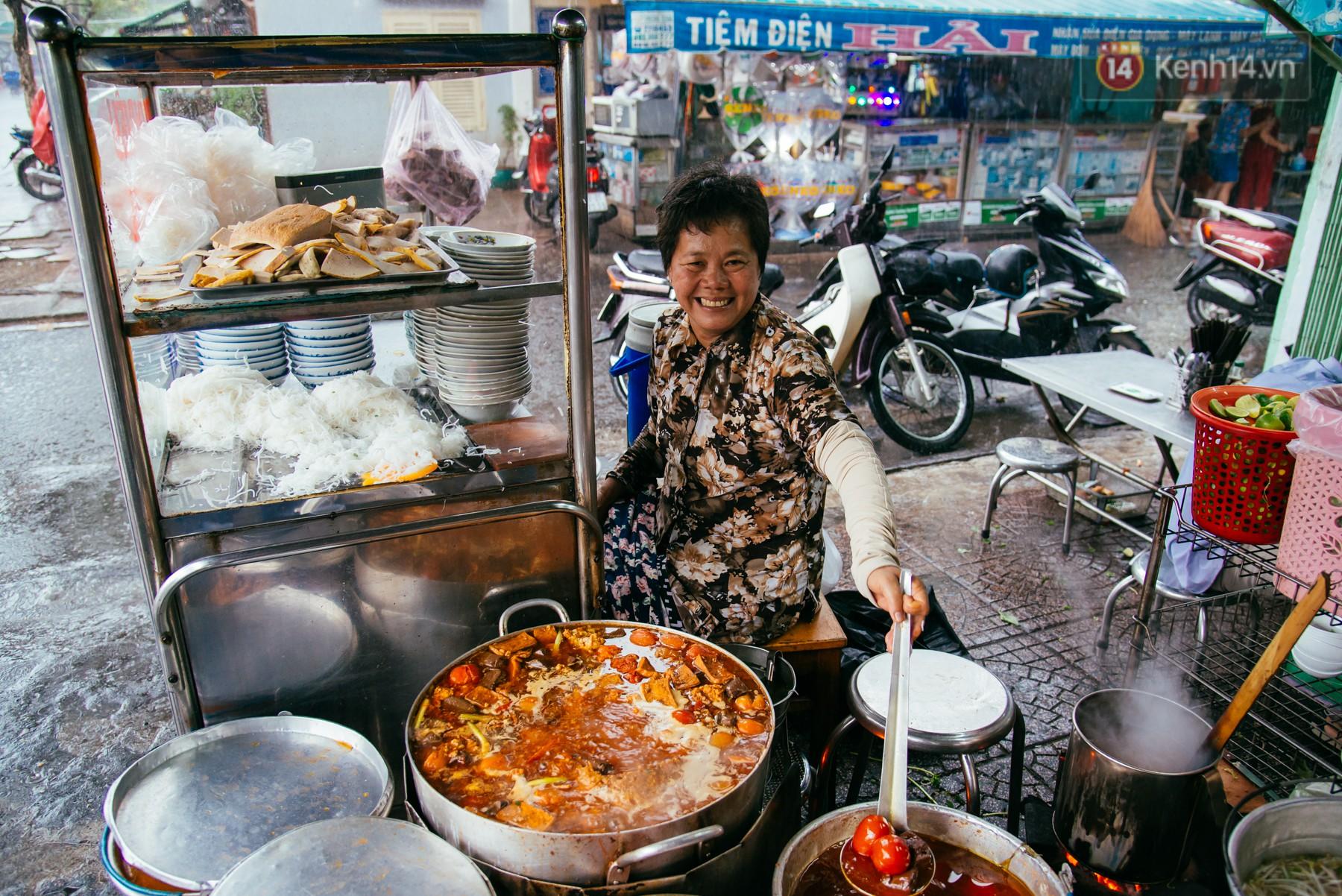 Quán bún riêu 30 năm tuổi ở vỉa hè Sài Gòn có gì hấp dẫn mà Trường Giang trở thành khách quen lâu năm? - Ảnh 2.