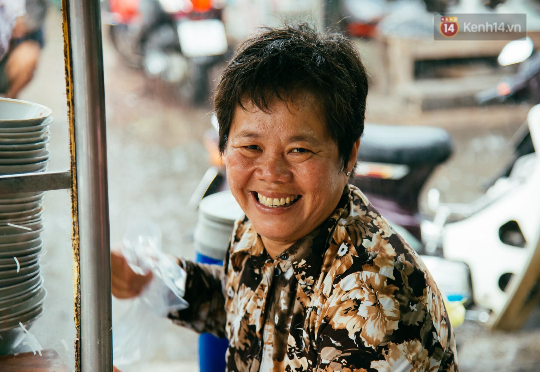 Quán bún riêu 30 năm tuổi ở vỉa hè Sài Gòn có gì hấp dẫn mà Trường Giang trở thành khách quen lâu năm? - Ảnh 9.