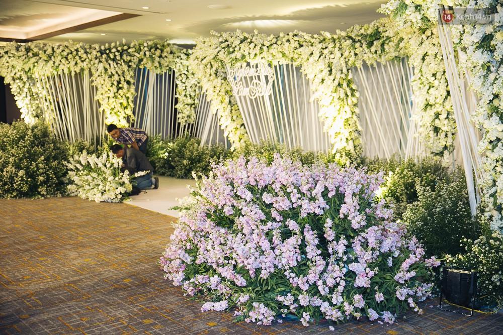 Khung cảnh sang trọng, ngập tràn sắc hoa bên trong tiệc cưới ngôn tình của Diệp Lâm Anh - Ảnh 12.