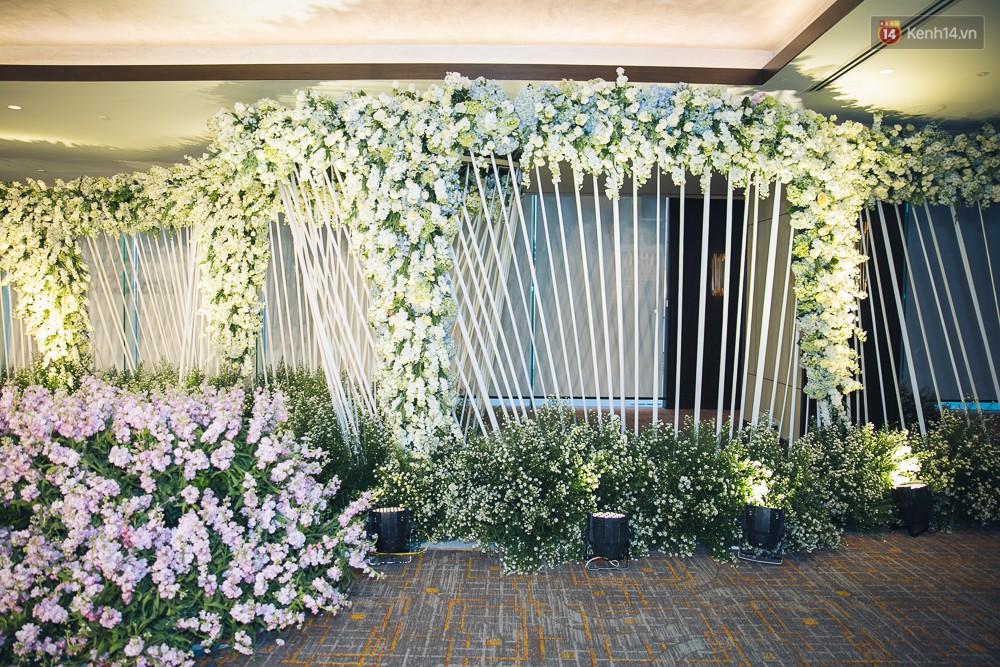 Khung cảnh sang trọng, ngập tràn sắc hoa bên trong tiệc cưới ngôn tình của Diệp Lâm Anh - Ảnh 11.