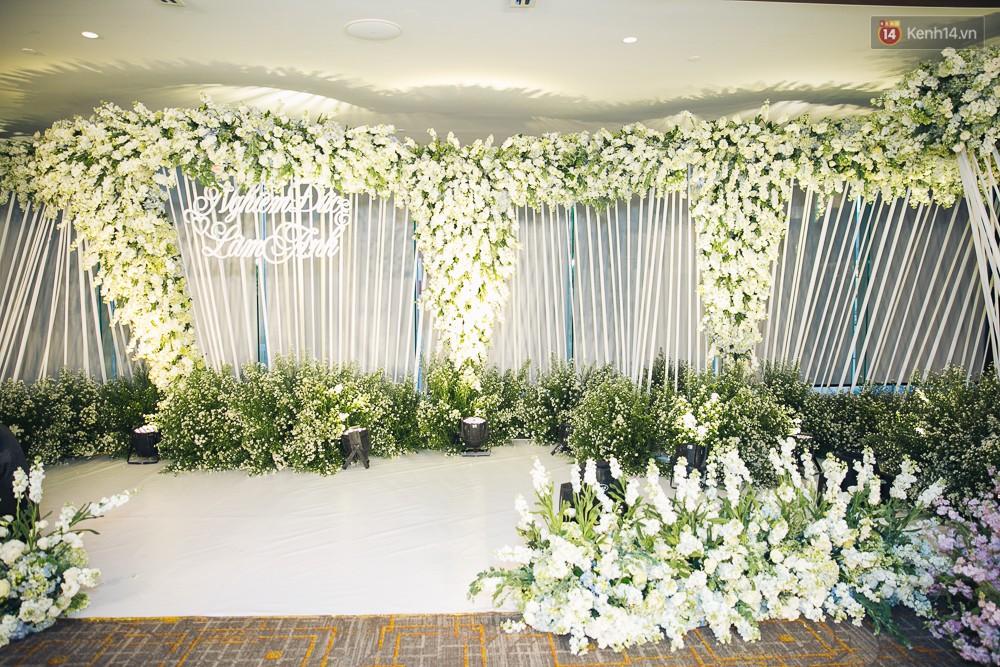 Khung cảnh sang trọng, ngập tràn sắc hoa bên trong tiệc cưới ngôn tình của Diệp Lâm Anh - Ảnh 10.