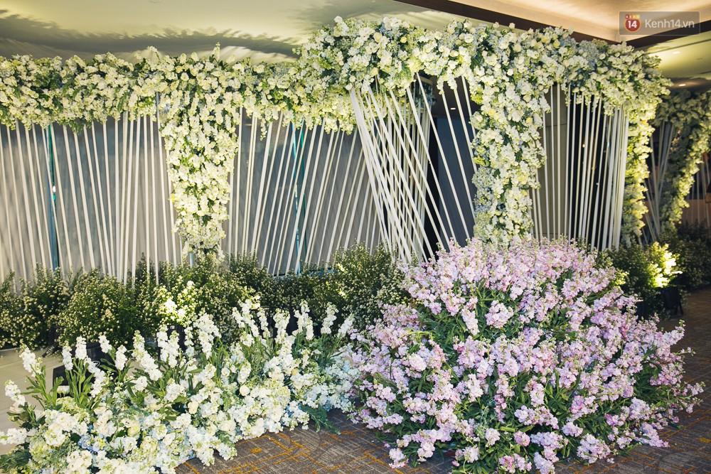 Khung cảnh sang trọng, ngập tràn sắc hoa bên trong tiệc cưới ngôn tình của Diệp Lâm Anh - Ảnh 9.