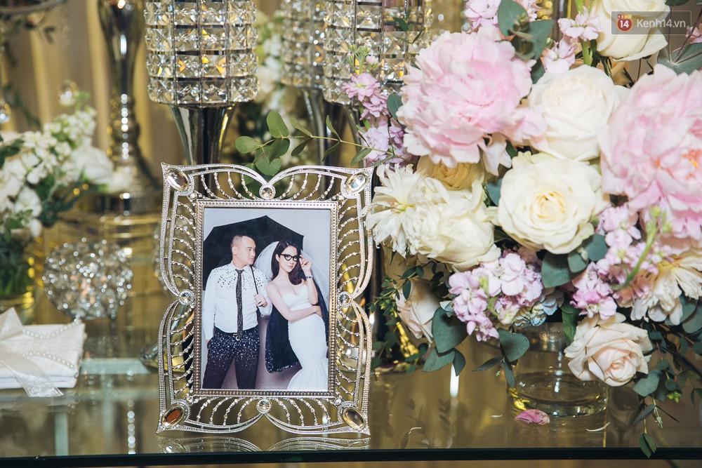 Khung cảnh sang trọng, ngập tràn sắc hoa bên trong tiệc cưới ngôn tình của Diệp Lâm Anh - Ảnh 5.