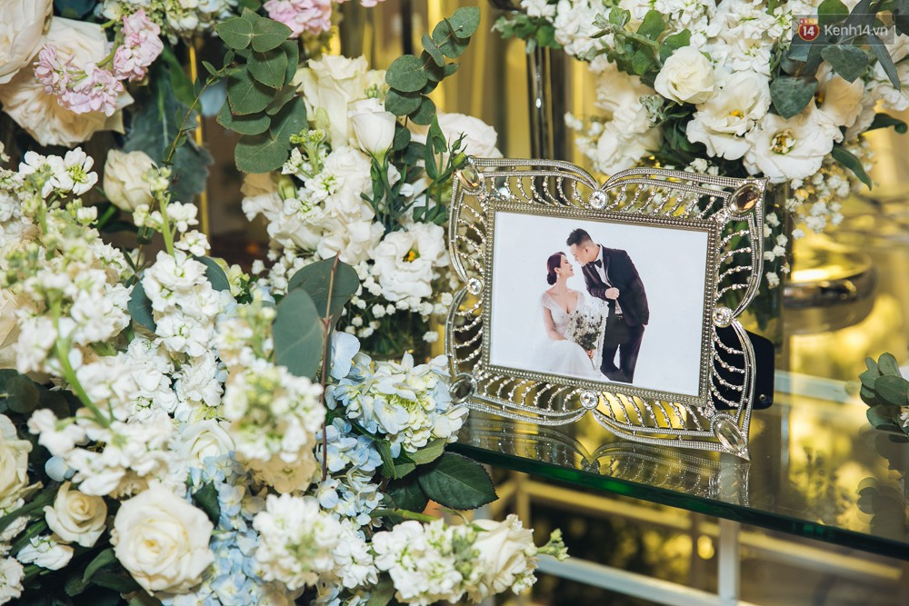 Khung cảnh sang trọng, ngập tràn sắc hoa bên trong tiệc cưới ngôn tình của Diệp Lâm Anh - Ảnh 2.