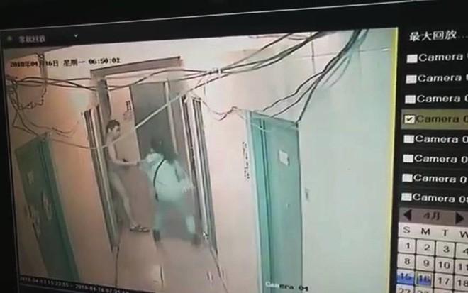 Thiếu nữ bị hàng xóm xé áo ngay tại hành lang, kéo vào phòng sàm sỡ