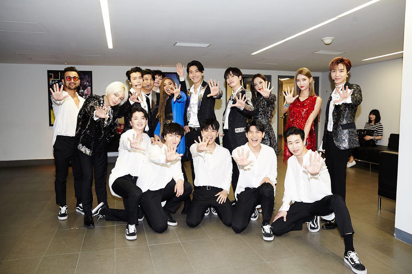 Super Junior cho fan ná thở với loạt ảnh lung linh từ tour thế giới - Ảnh 1.