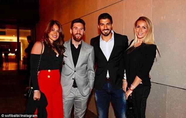Messi, Suarez dẫn bồ và bạn gái đi ăn mừng trước thềm El Clasico - Ảnh 4.