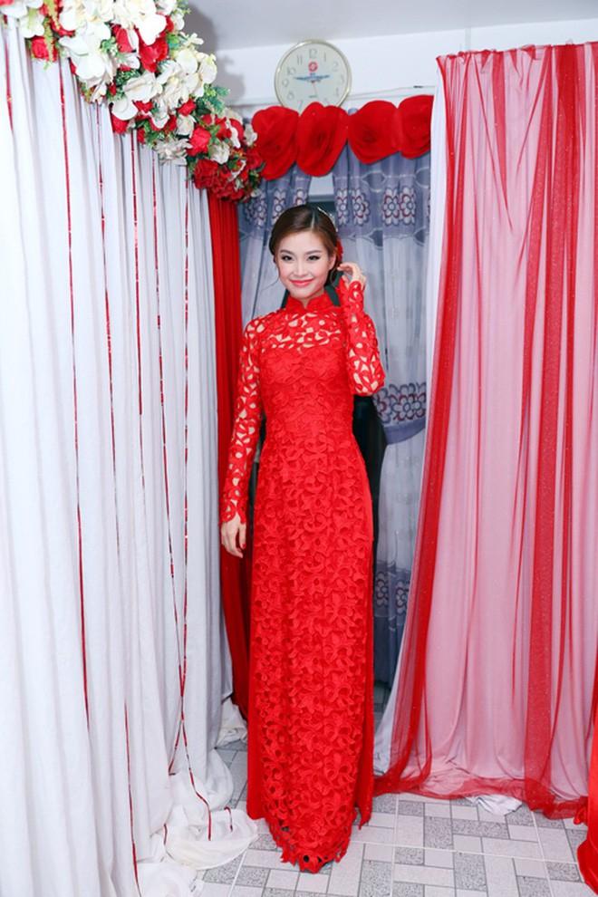 Nếu định chọn áo dài đỏ ngày ăn hỏi, hãy học tập Diệp Lâm Anh, HH Thu Thảo và Hà Tăng - Ảnh 14.