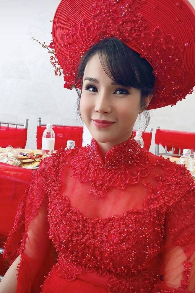 Nếu định chọn áo dài đỏ ngày ăn hỏi, hãy học tập Diệp Lâm Anh, HH Thu Thảo và Hà Tăng - Ảnh 4.