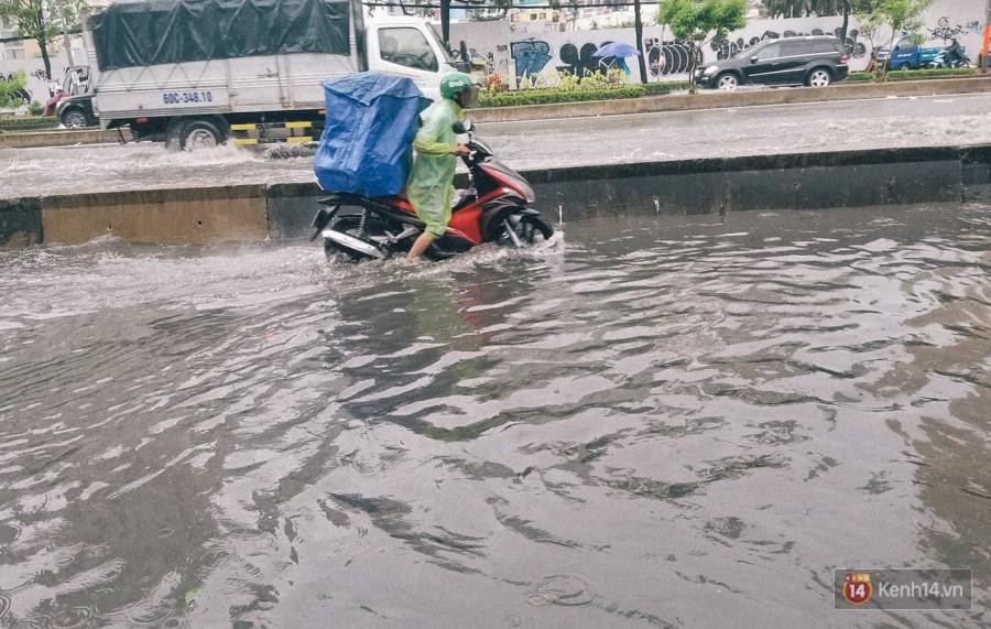 Nhiều tuyến đường Sài Gòn ngập nặng sau mưa lớn, siêu máy bơm chống ngập gần 100 tỉ đồng bị vô hiệu - Ảnh 5.