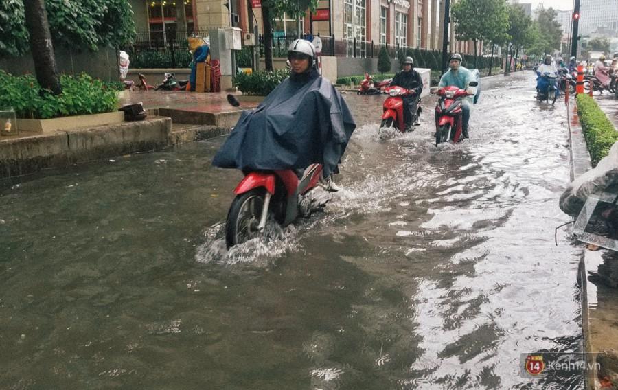Nhiều tuyến đường Sài Gòn ngập nặng sau mưa lớn, siêu máy bơm chống ngập gần 100 tỉ đồng bị vô hiệu - Ảnh 2.