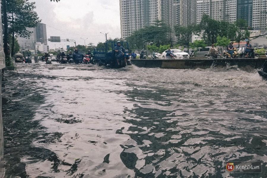 Nhiều tuyến đường Sài Gòn ngập nặng sau mưa lớn, siêu máy bơm chống ngập gần 100 tỉ đồng bị vô hiệu - Ảnh 3.