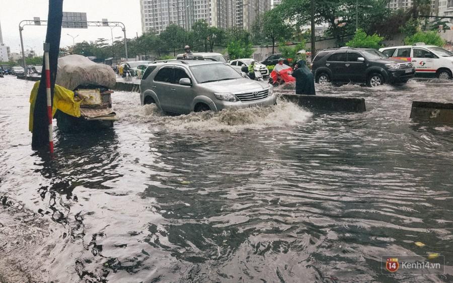 Nhiều tuyến đường Sài Gòn ngập nặng sau mưa lớn, siêu máy bơm chống ngập gần 100 tỉ đồng bị vô hiệu - Ảnh 6.