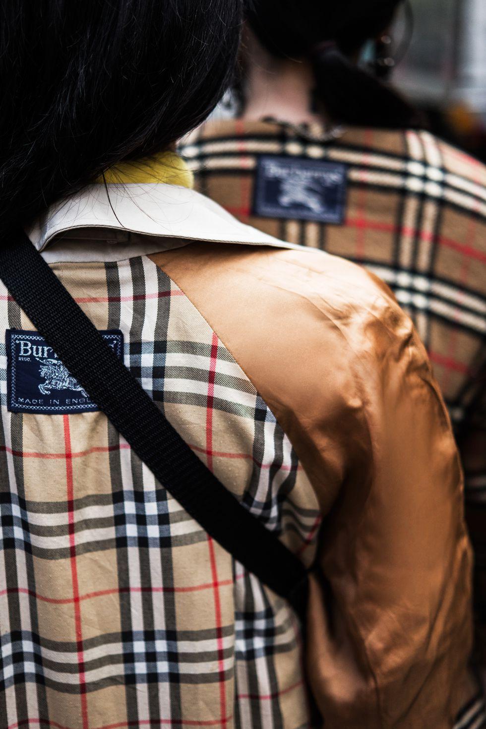 Họa tiết kinh điển của Burberry đang hồi sinh, và nó hot đến mức người ta phải lộn trái áo ra để mặc - Ảnh 2.
