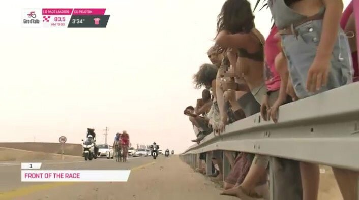 3 cô gái cố tình gây sốc khi khoe ngực trần trên sóng trực tiếp giải đua xe đạp Italia - Ảnh 2.