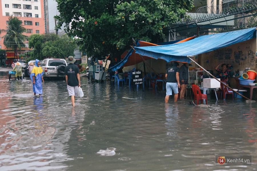 Nhiều tuyến đường Sài Gòn ngập nặng sau mưa lớn, siêu máy bơm chống ngập gần 100 tỉ đồng bị vô hiệu - Ảnh 24.