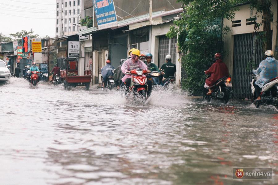 Nhiều tuyến đường Sài Gòn ngập nặng sau mưa lớn, siêu máy bơm chống ngập gần 100 tỉ đồng bị vô hiệu - Ảnh 23.