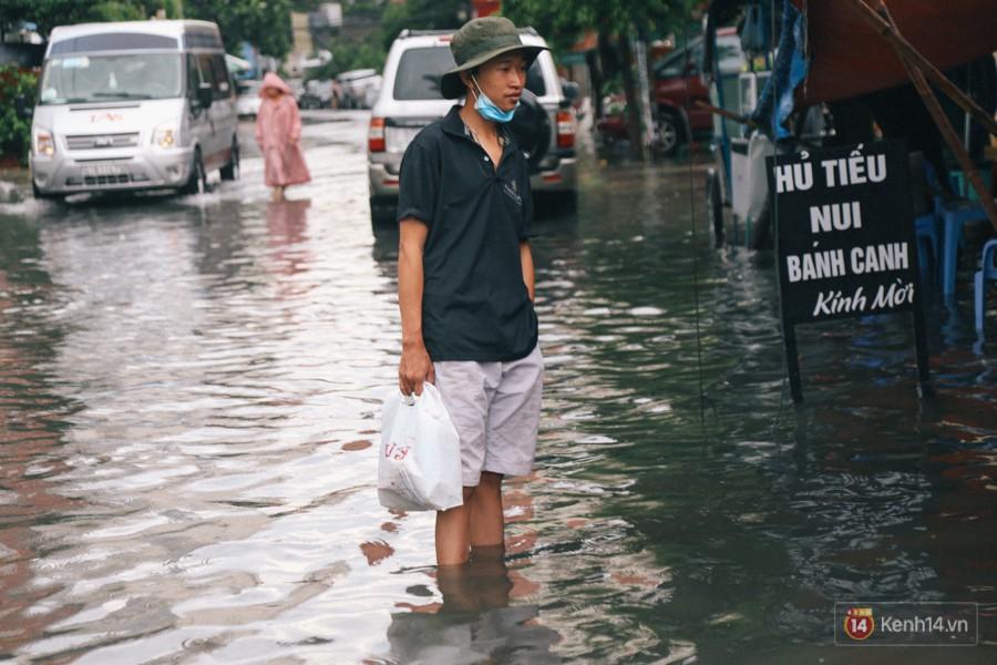 Nhiều tuyến đường Sài Gòn ngập nặng sau mưa lớn, siêu máy bơm chống ngập gần 100 tỉ đồng bị vô hiệu - Ảnh 22.
