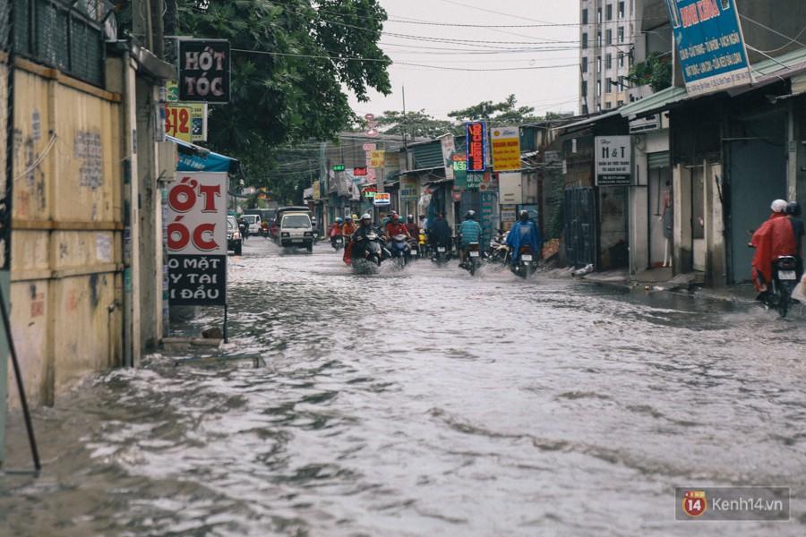 Nhiều tuyến đường Sài Gòn ngập nặng sau mưa lớn, siêu máy bơm chống ngập gần 100 tỉ đồng bị vô hiệu - Ảnh 21.