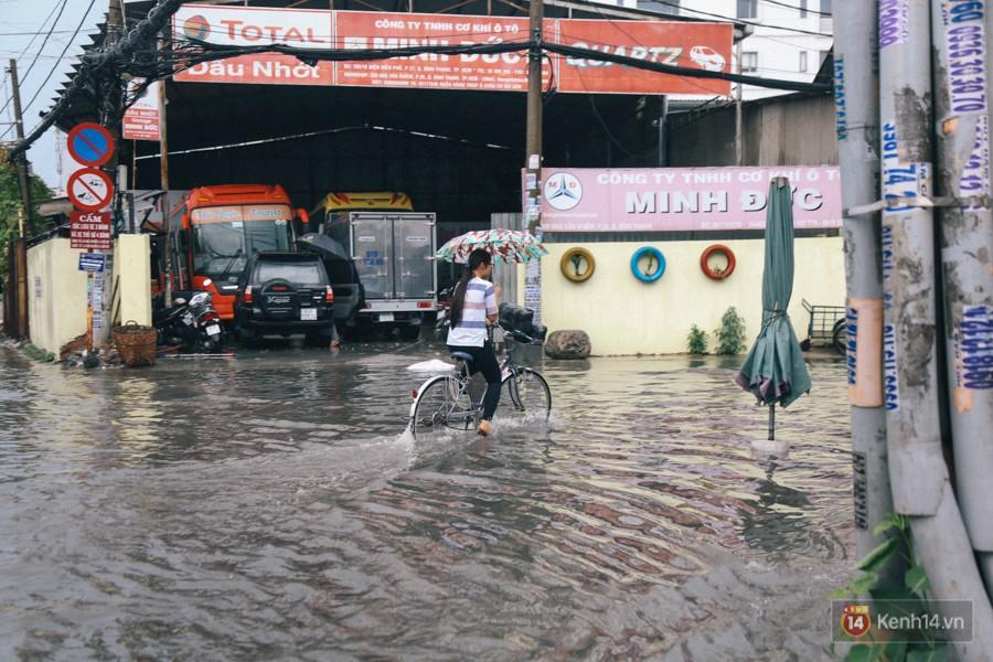 Nhiều tuyến đường Sài Gòn ngập nặng sau mưa lớn, siêu máy bơm chống ngập gần 100 tỉ đồng bị vô hiệu - Ảnh 20.