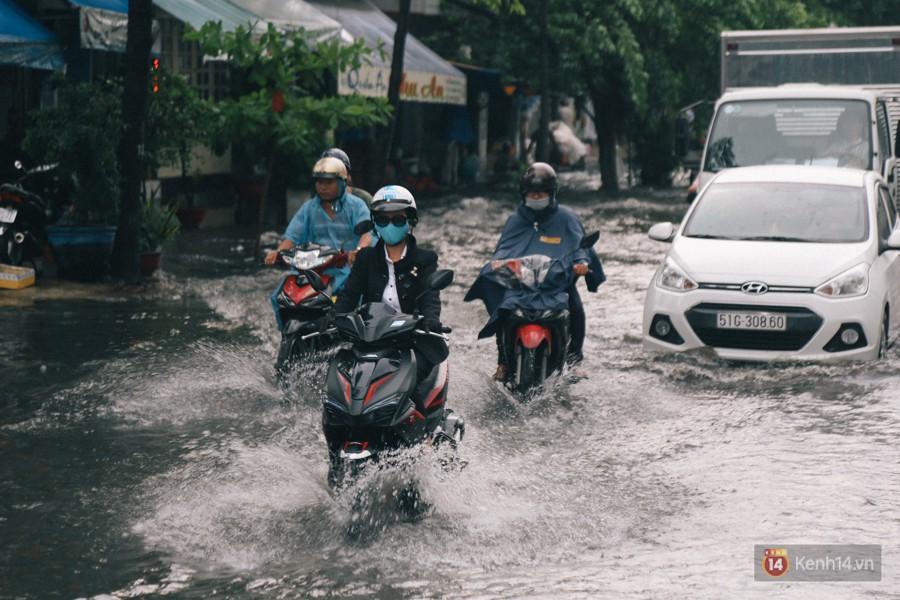 Nhiều tuyến đường Sài Gòn ngập nặng sau mưa lớn, siêu máy bơm chống ngập gần 100 tỉ đồng bị vô hiệu - Ảnh 16.