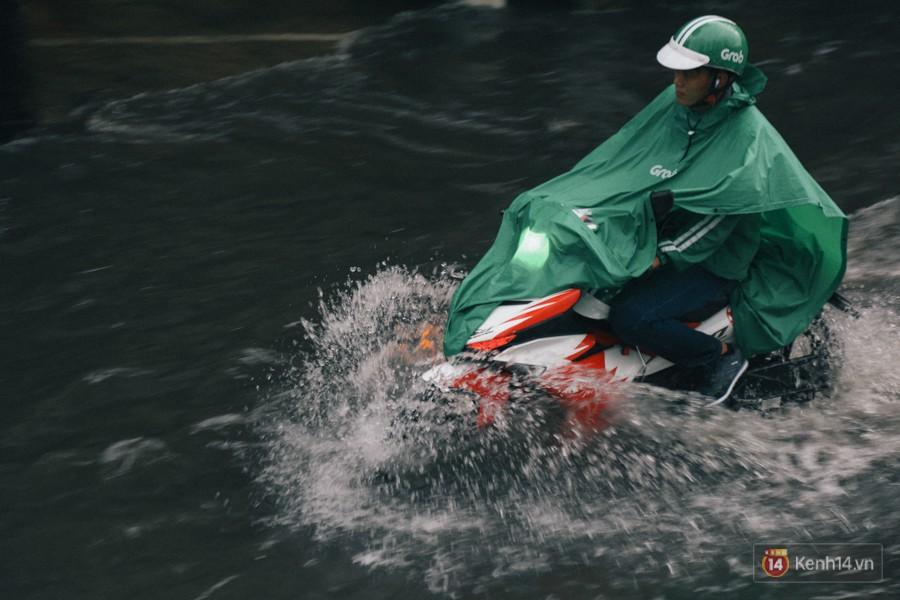 Nhiều tuyến đường Sài Gòn ngập nặng sau mưa lớn, siêu máy bơm chống ngập gần 100 tỉ đồng bị vô hiệu - Ảnh 15.