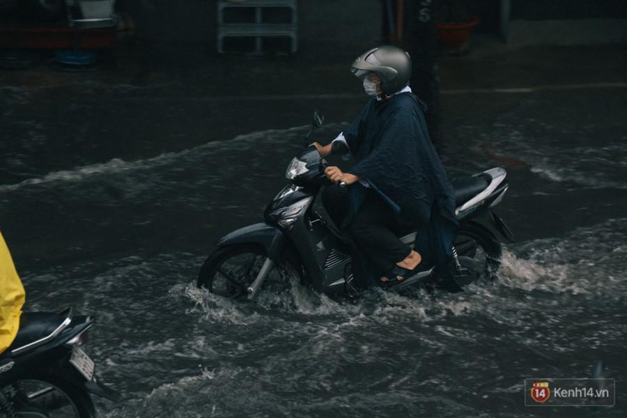 Nhiều tuyến đường Sài Gòn ngập nặng sau mưa lớn, siêu máy bơm chống ngập gần 100 tỉ đồng bị vô hiệu - Ảnh 14.