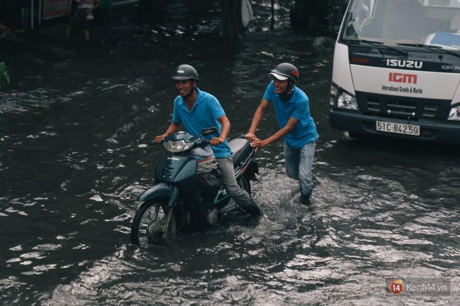 Nhiều tuyến đường Sài Gòn ngập nặng sau mưa lớn, siêu máy bơm chống ngập gần 100 tỉ đồng bị vô hiệu - Ảnh 18.