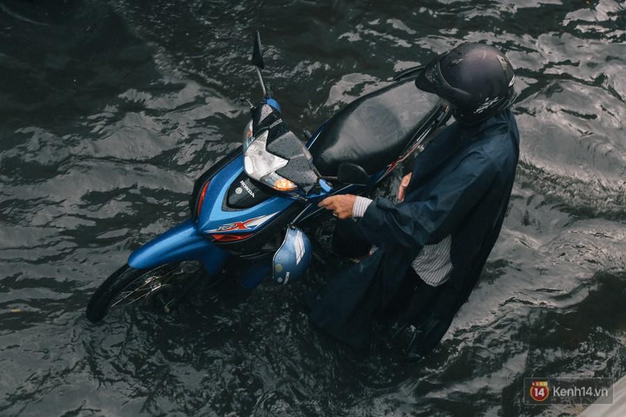 Nhiều tuyến đường Sài Gòn ngập nặng sau mưa lớn, siêu máy bơm chống ngập gần 100 tỉ đồng bị vô hiệu - Ảnh 17.