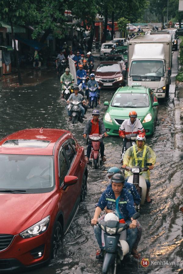Nhiều tuyến đường Sài Gòn ngập nặng sau mưa lớn, siêu máy bơm chống ngập gần 100 tỉ đồng bị vô hiệu - Ảnh 11.