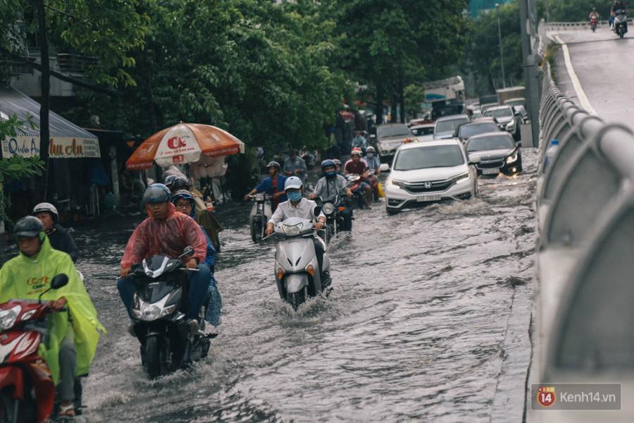Nhiều tuyến đường Sài Gòn ngập nặng sau mưa lớn, siêu máy bơm chống ngập gần 100 tỉ đồng bị vô hiệu - Ảnh 12.
