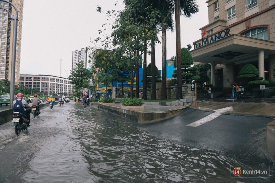 Nhiều tuyến đường Sài Gòn ngập nặng sau mưa lớn, siêu máy bơm chống ngập gần 100 tỉ đồng bị vô hiệu - Ảnh 10.