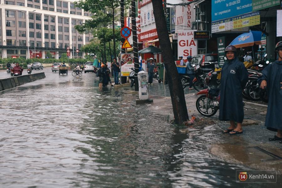 Nhiều tuyến đường Sài Gòn ngập nặng sau mưa lớn, siêu máy bơm chống ngập gần 100 tỉ đồng bị vô hiệu - Ảnh 9.