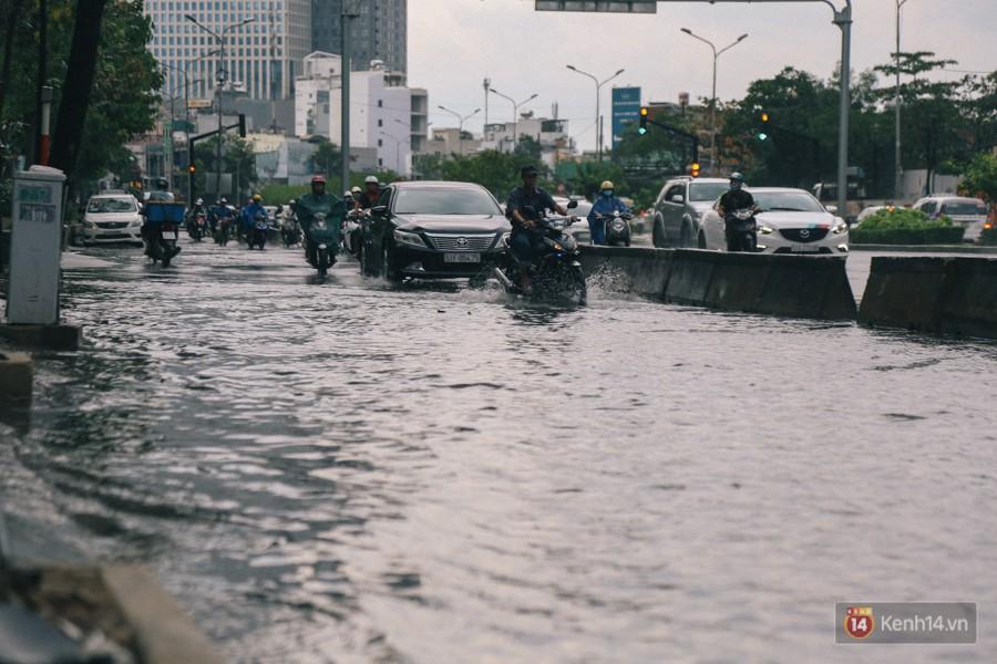 Nhiều tuyến đường Sài Gòn ngập nặng sau mưa lớn, siêu máy bơm chống ngập gần 100 tỉ đồng bị vô hiệu - Ảnh 8.