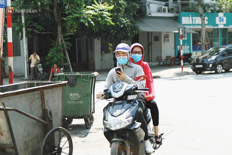 Chùm ảnh: Hôm nay Hà Nội nắng nóng gắt nhất từ đầu mùa, người dân vật vã khi ra đường - Ảnh 5.