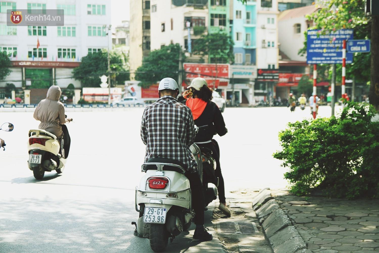 Chùm ảnh: Hôm nay Hà Nội nắng nóng gắt nhất từ đầu mùa, người dân vật vã khi ra đường - Ảnh 9.